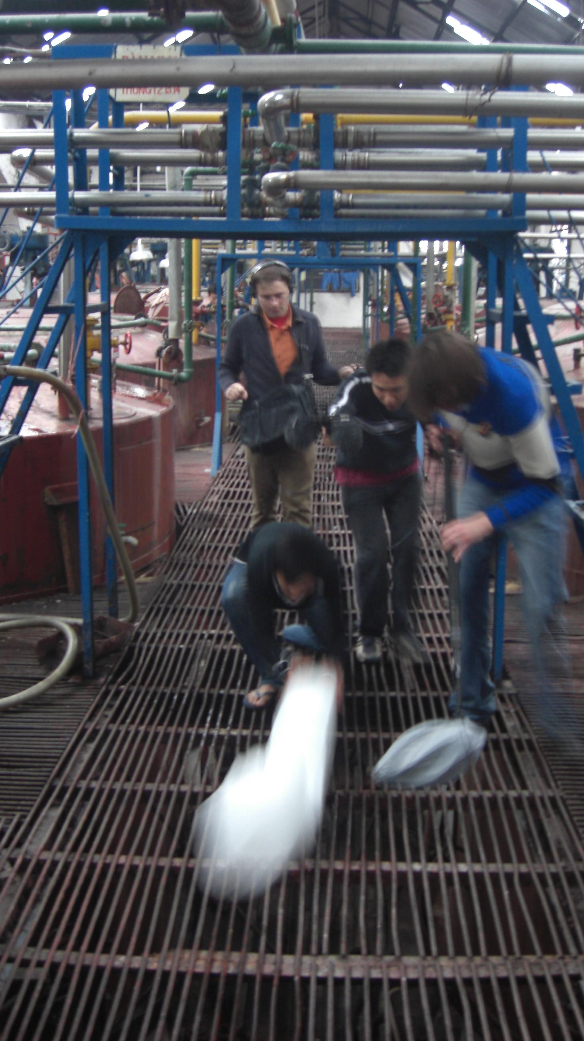 Enregistrement des sons de glace dans l'usine avec Franck Desmoulins (monteur son), Roman Dymny (mixeur) et Le Hoang Anh (assistant).