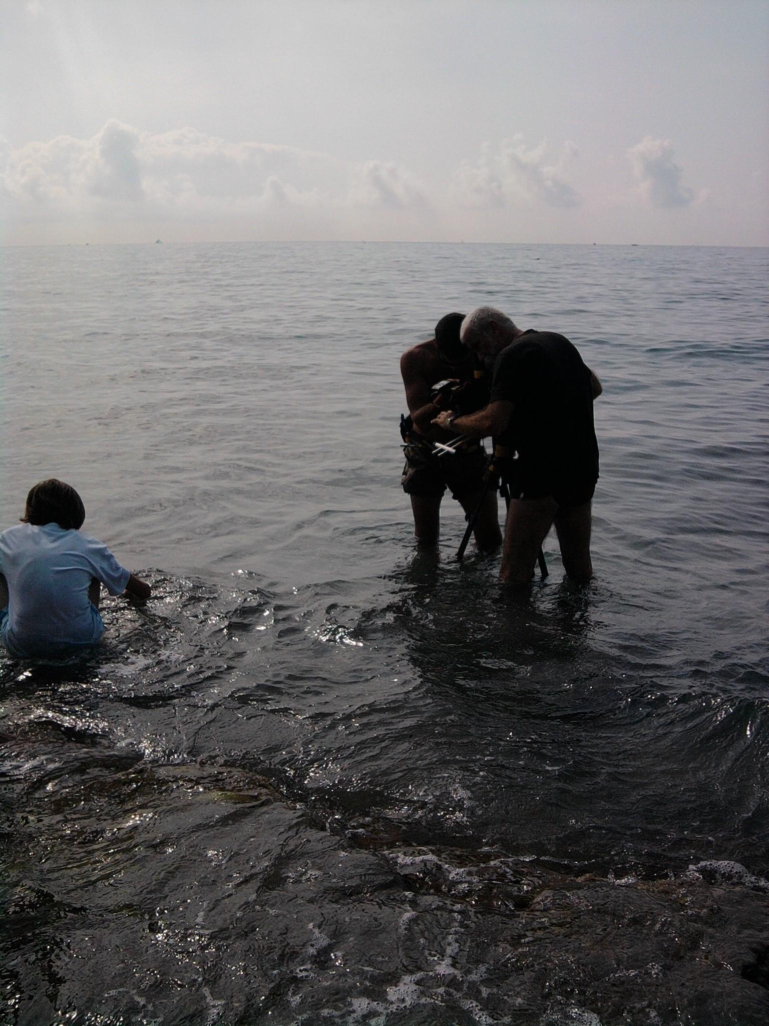 Les pieds dans l'eau. Bruno Flament et Roman Lechapelier © Arnaud Soulier