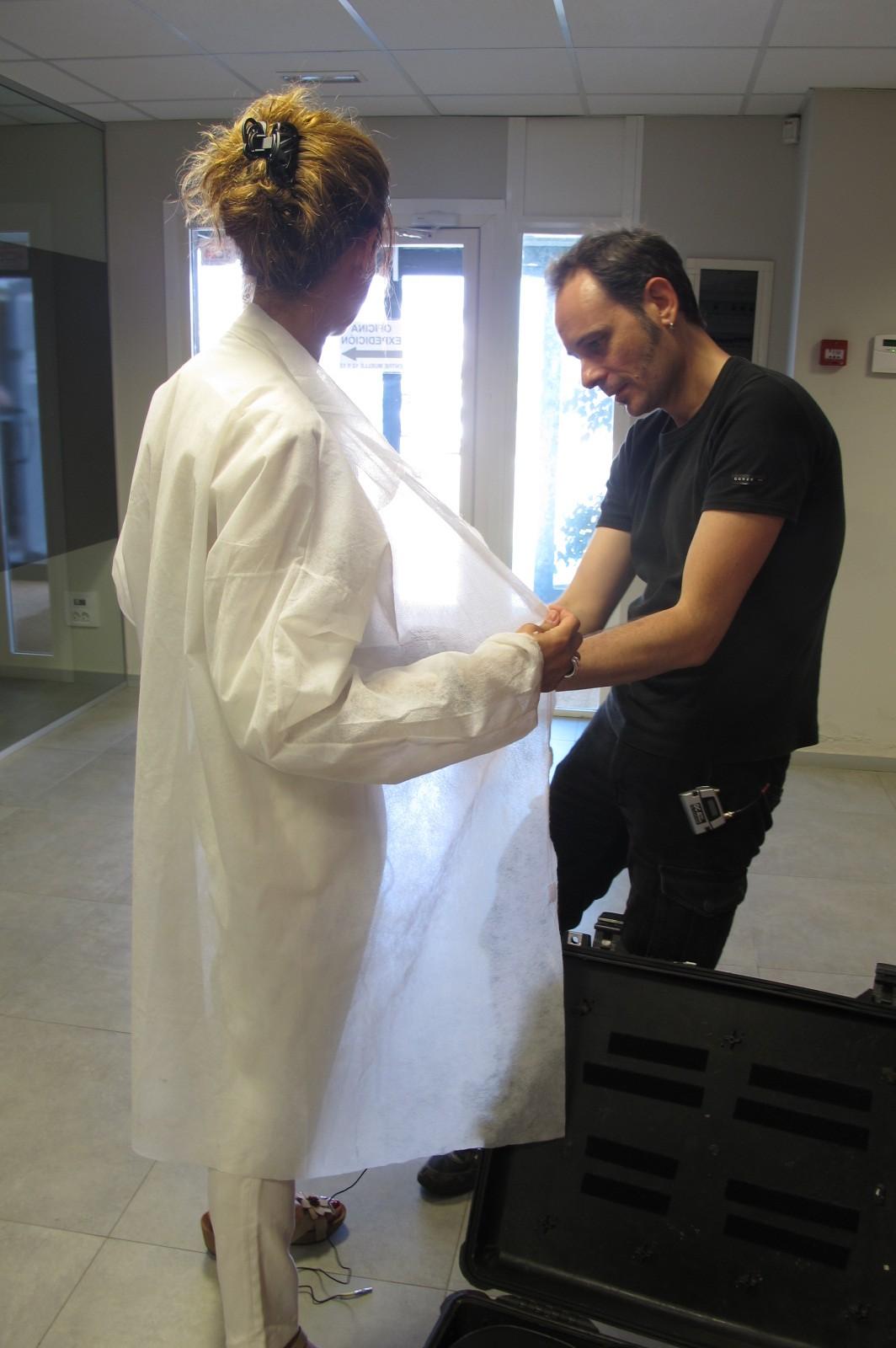 Karine Fellous-Marlière (aromaticienne) et Arnaud Soulier (Chef opérateur du son), installation des microphones pour la visite de l'usine de conditionnement. © Paul Austin