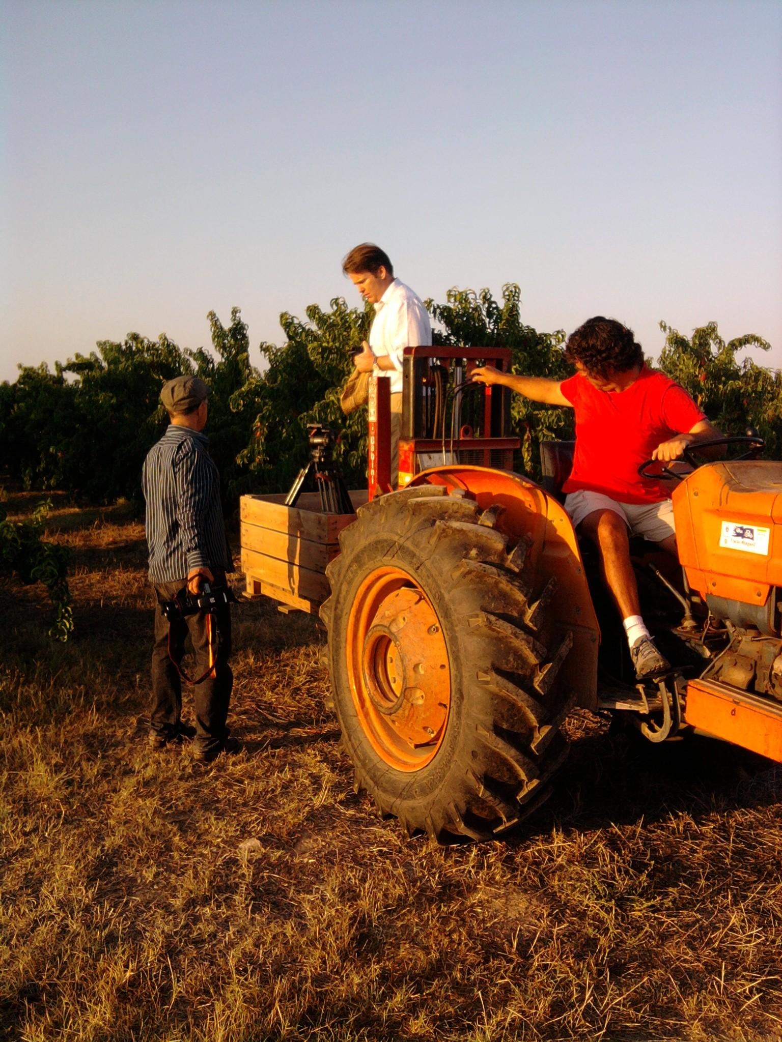 Hervé Cohen (DOP); Paul Austin (réalisateur) et Manel Olle exploitant agricole, en tournage dans les champs de pêches dans la région de Lleida en Espagne @Arnaud Soulier