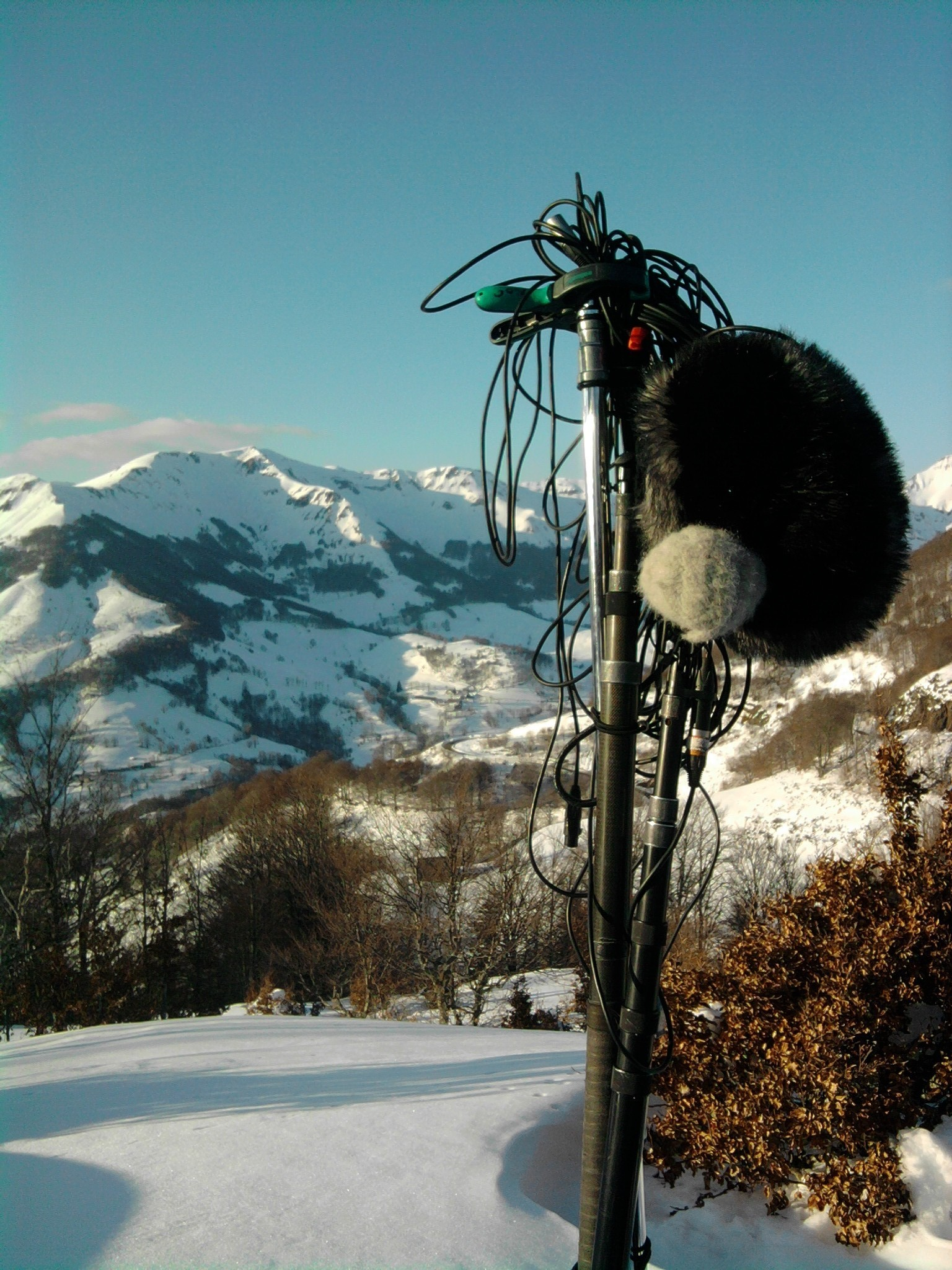 Recording sound with Roman Dymny in French snowy mountains.@Arnaud Soulier